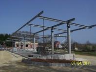 Stahlkonstruktion des Containerstellplatzes eines Gewerbebetriebes.